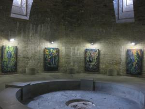 """In der """"Gruft"""" erinnern Bilder an das Schicksal der KZ-Insassen"""