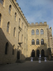 Einsame Stehtische im Schlosshof