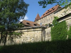 Mächtige Mauern schützen die Anlage
