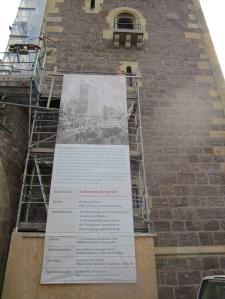 Ein Riesenplakat am Bergfried-Gerüst erzählt die Geschichte des Baus