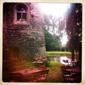 Der Biergarten direkt am Burgturm