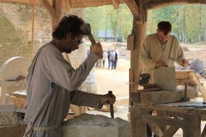 In der Bauhütte werden Steine zugeschlagen